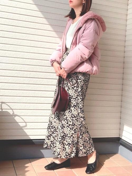 ピンクのジャケット×白のニット×黒の花柄スカート×黒のパンプス