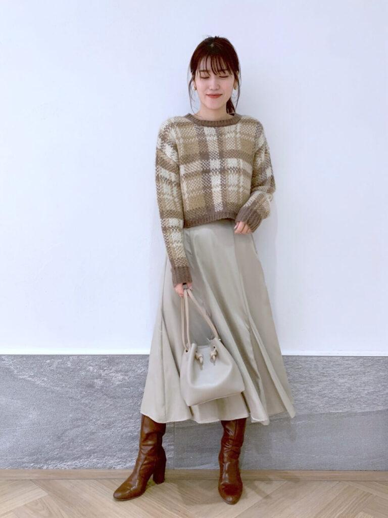 ベージュのフレアスカート×茶色のブーツ×チェックニット・セーターの秋コーデ