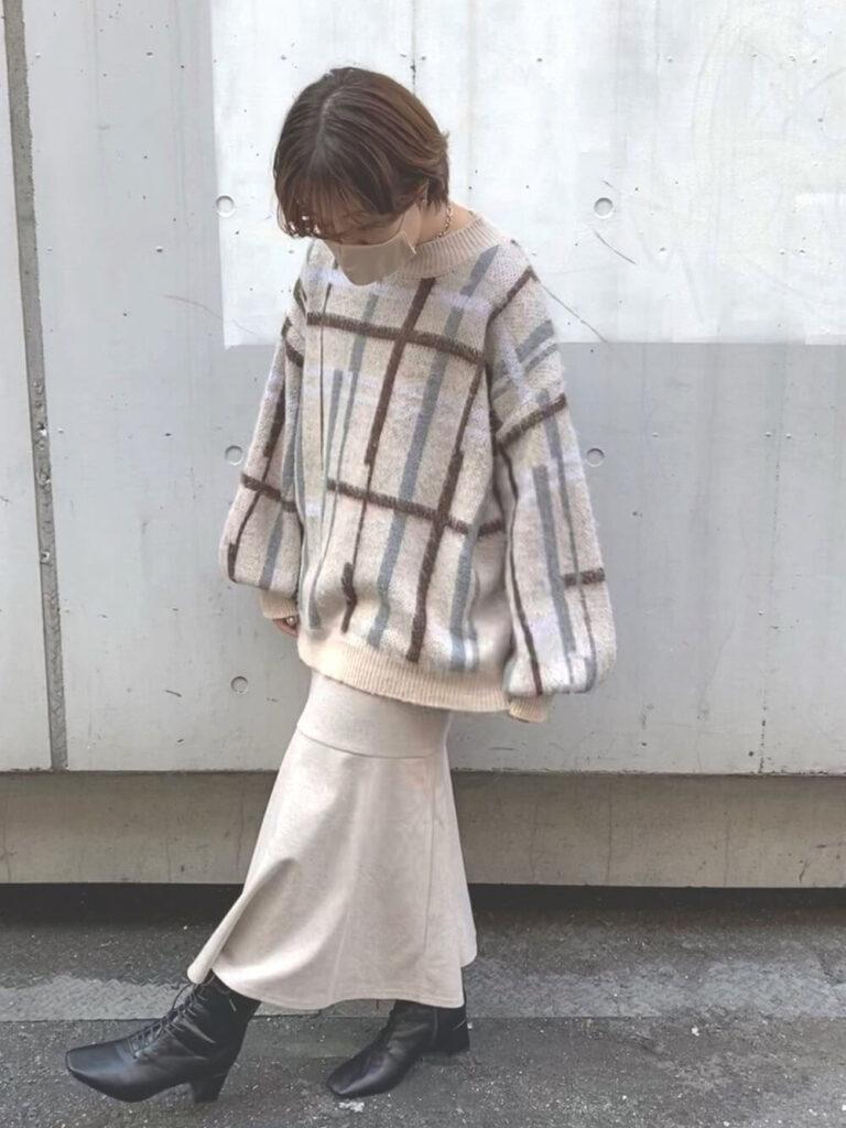 白のフレアスカート×ショートブーツ×チェックニット・セーターの秋コーデ