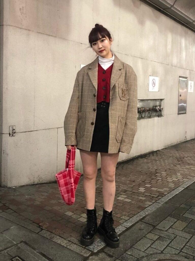 チェック柄テーラードジャケット×白のハイネックカットソー×黒のミニスカート×ショートブーツ×赤カーディガンの秋コーデ