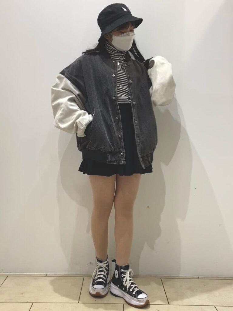 ボーダーTシャツ×プリーツミニスカート×ハイカットスカート×バケットハット×黒スタジャンのレディースコーデ