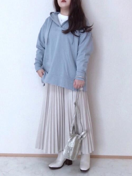 青パーカー×ベージュのプリーツスカート×ベージュのブーツ×シルバーのバッグ