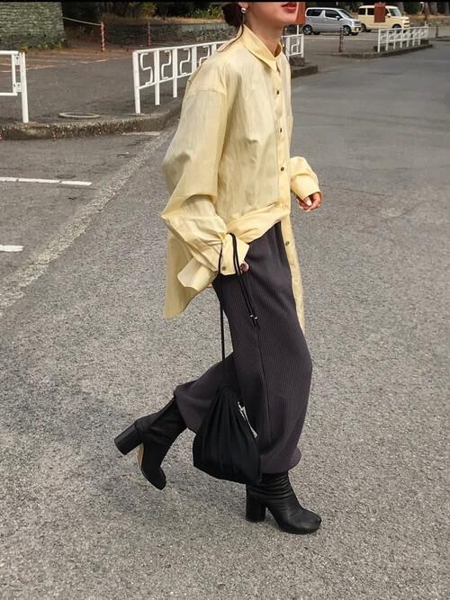 グレーのジョガーパンツ×イエローのシャツ×黒の足袋ブーツ×黒のバッグ