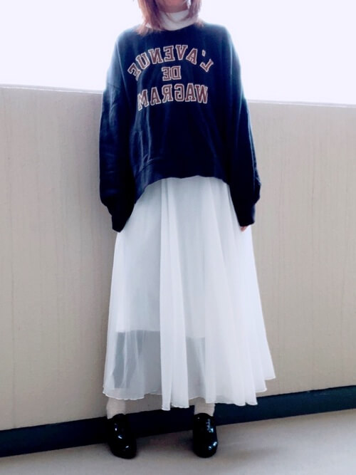 ブーティ×ネイビーのトレーナー×白のスカート×黒のレギンス