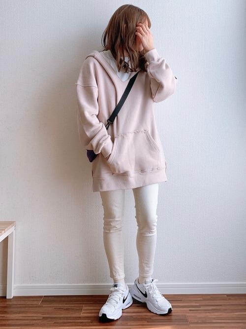 ベージュのスキニーパンツ×ピンクのパーカー×白のカットソー×白のスニーカー