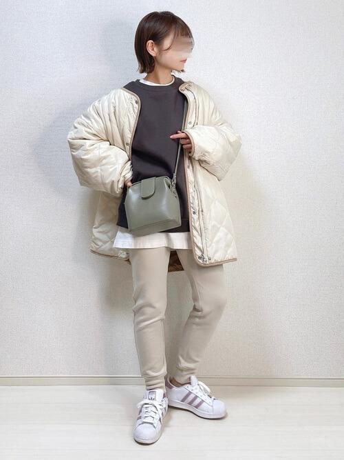 白のジョガーパンツ×白のダウンジャケット×グレーのスエット×白のスニーカー×グリーンのバッグ