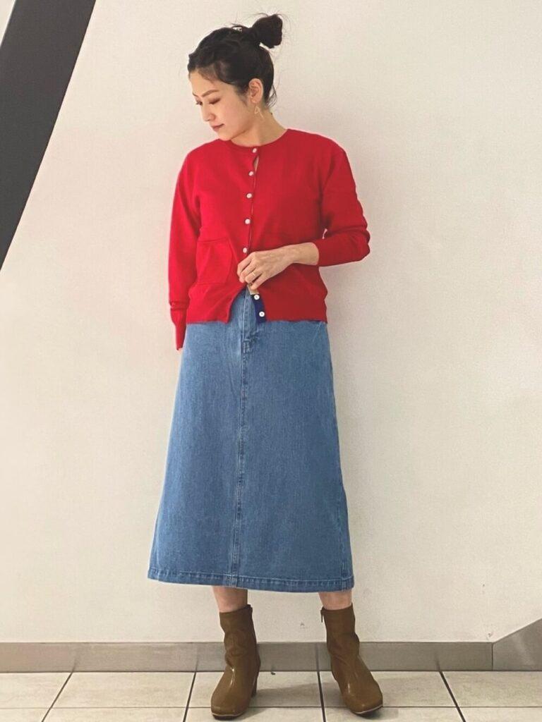 フレアデニムスカート×ベージュのショートブーツ×赤カーディガンの秋コーデ