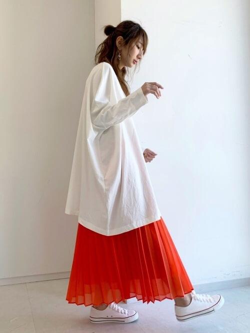 赤のプリーツスカート×白のロンT×白のスニーカー