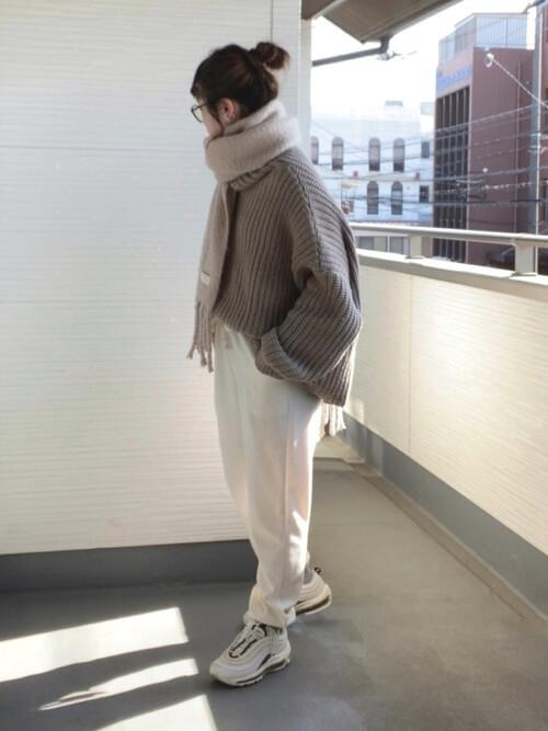 白のジョガーパンツ×ベージュのニットセーター×白スニーカー×ベージュのマフラー
