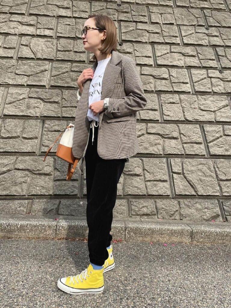 チェック柄テーラードジャケット×白のカットソー×黄色のハイカットスニーカー×黒のコーデュロイパンツのレディースコーデ