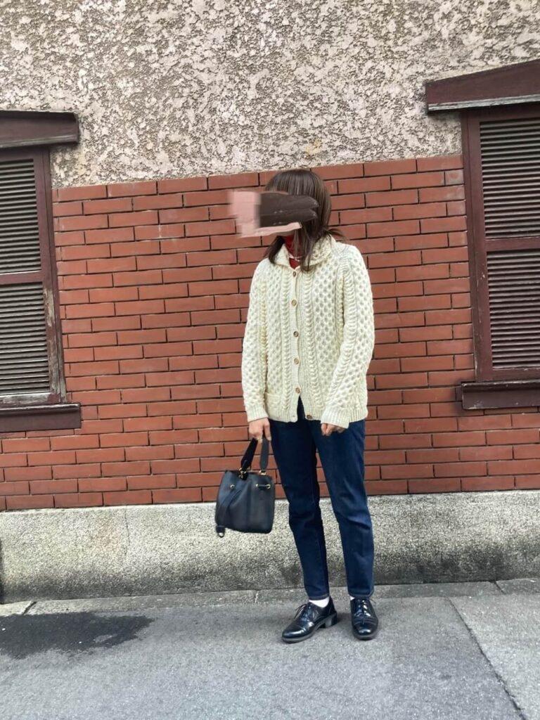 ニットカーディガン×デニム×白の靴下×ブーティのレディースコーデ