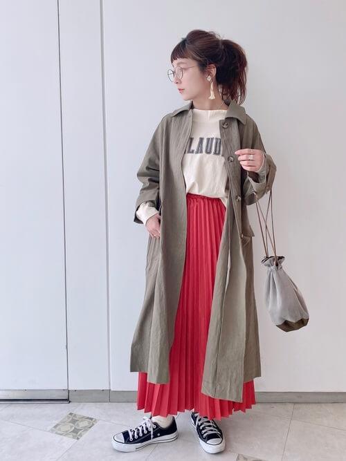 赤のプリーツスカート×グレーのロングシャツ×ベージュのロゴTシャツ×黒のスニーカー