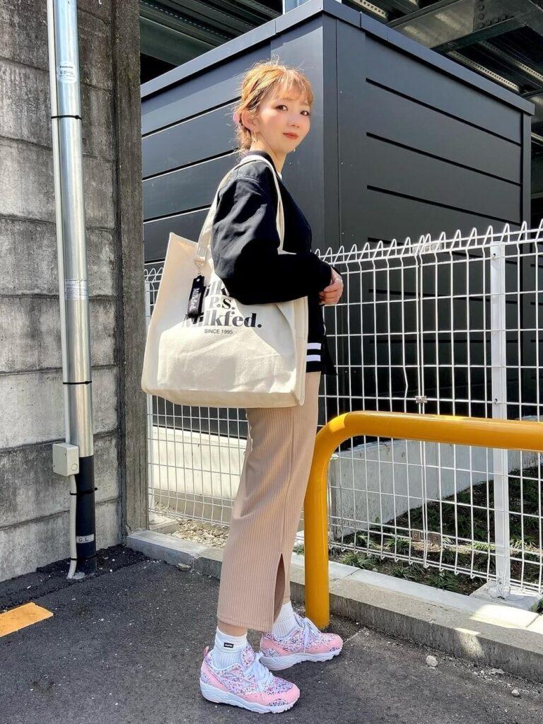 白Tシャツ×リブスカート×スニーカー×黒スタジャンのレディースコーデ