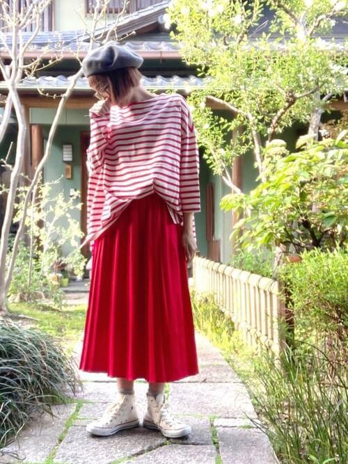 赤のプリーツスカート×ボーダー×白のスニーカー×グレーのベレー帽