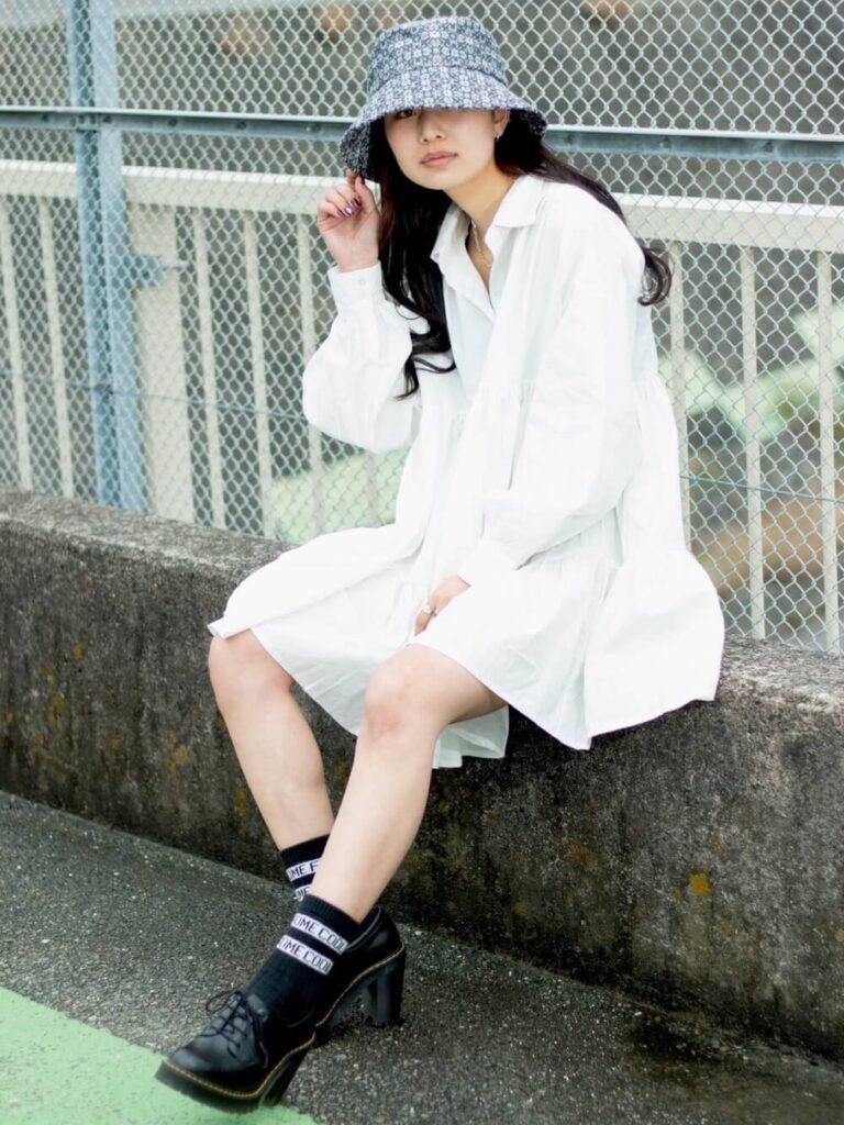 白のシャツワンピース×バケットハット×ラインロゴ靴下×ブーティのレディースコーデ