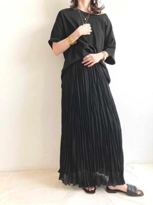 黒のプリーツスカート×黒のTシャツ×黒のサンダル
