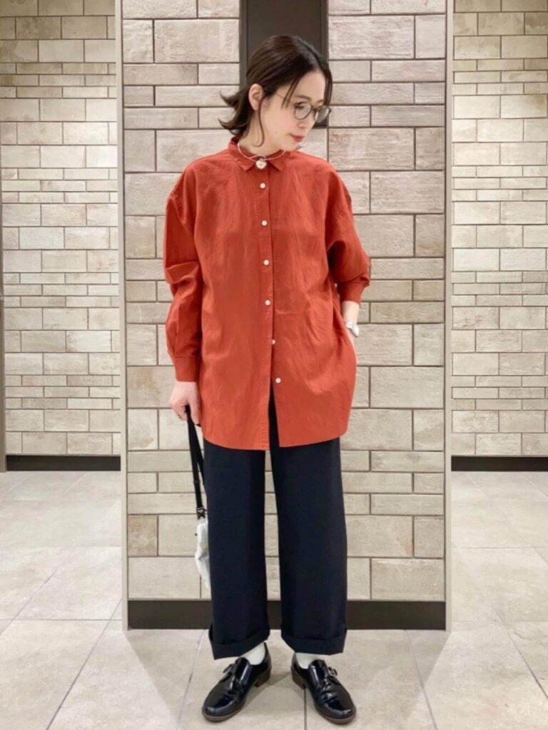 黒のワイドパンツ×白ソックス×ローファー×赤シャツのレディースの秋コーデ