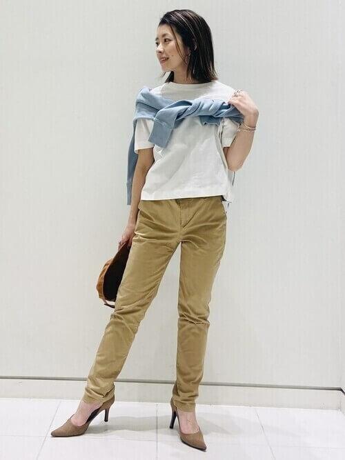 青のパーカー×白のTシャツ×ベージュのパンツ×ベージュのパンプス