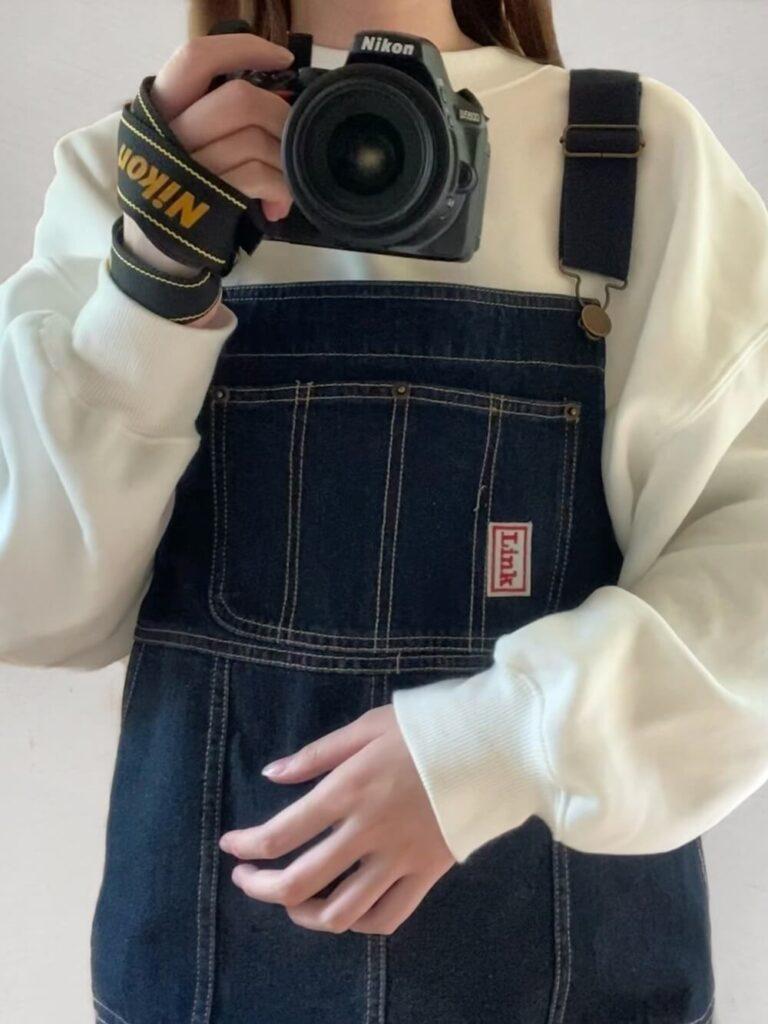 白のスウェット×デニムサロペットのカメラ女子コーデ