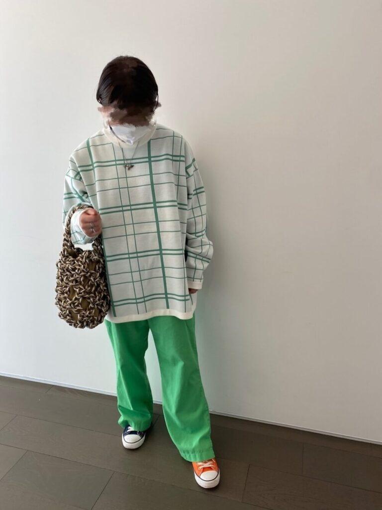 緑のフレアワイドパンツ×スニーカー×チェックニット・セーターの秋コーデ