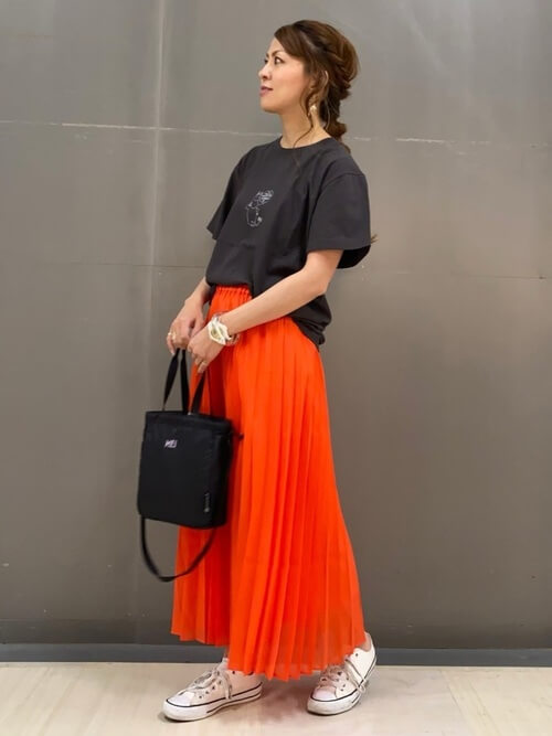 赤のプリーツスカート×黒のTシャツ×白のスニーカー