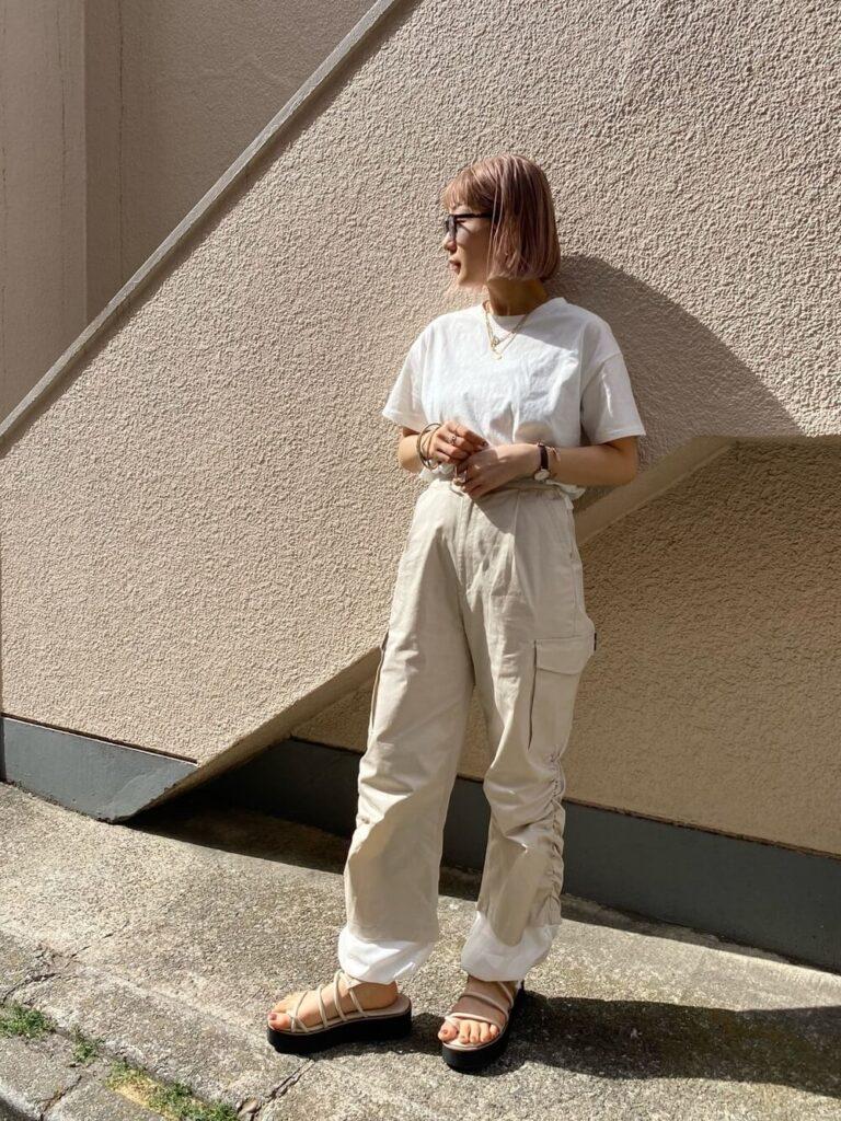 白のTシャツ×サンダル×白のカーゴパンツのレディースコーデ