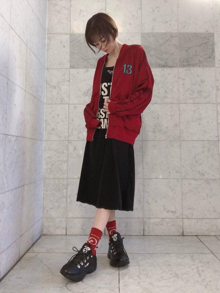 黒のTシャツ×フレアスカート×赤ソックス×黒のスニーカー×赤スタジャンのレディースコーデ