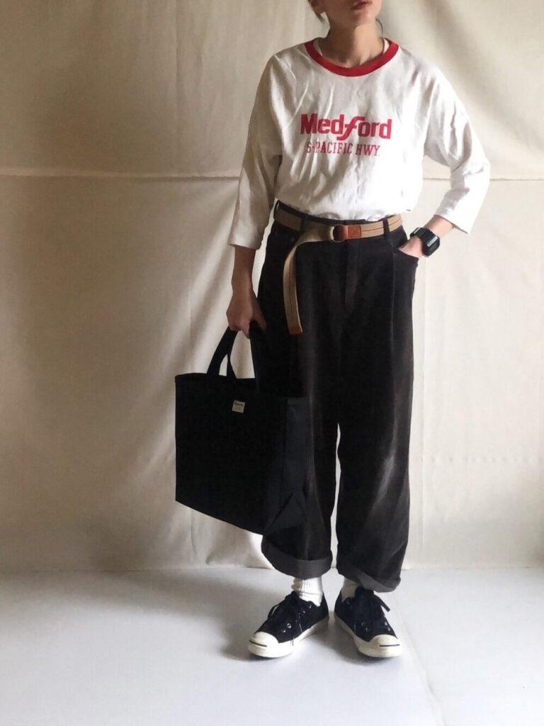 七分袖カットソー×白ソックス×黒のスニーカー×黒のコーデュロイパンツのレディースコーデ