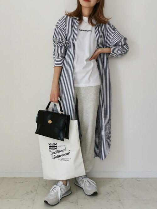 グレーのジョガーパンツ×ストライプのシャツワンピ×白のロゴTシャツ×グレーのスニーカー