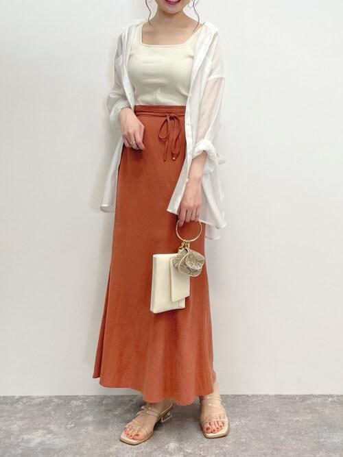 テラコッタのスカート×白のシャツ×白のタンクトップ×ベージュのサンダル