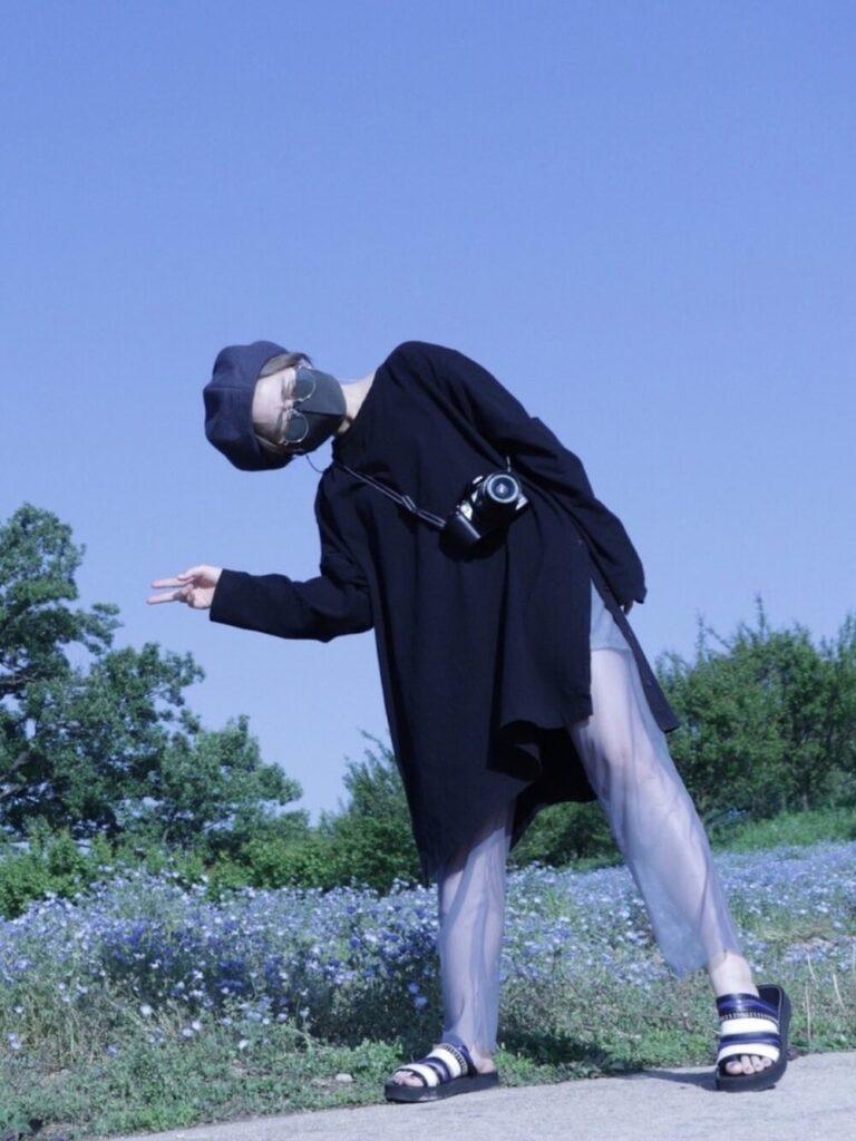 黒のチュニック×シアーパンツ×ベレー帽×サンダルのカメラ女子コーデ