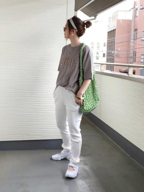 白のジョガーパンツ×ベージュのTシャツ×白のスニーカーサンダル