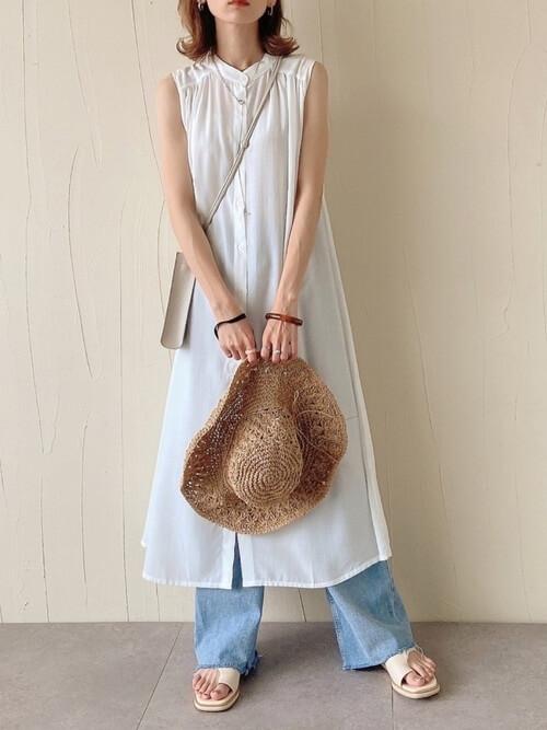 フレアデニム×白のバンドカラーシャツワンピ×白のサンダル×麦わら帽子