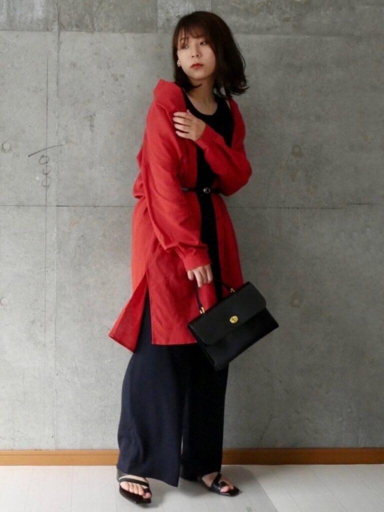 黒のタンクトップ×ネイビーのワイドパンツ×サンダル×赤シャツのレディースの秋コーデ