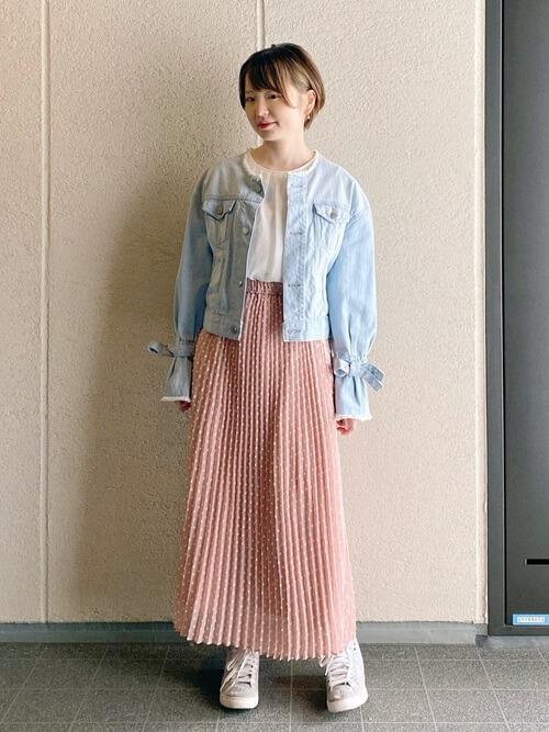 ピンクのプリーツスカート×Gジャン×白のブラウス×ベージュのスニーカー