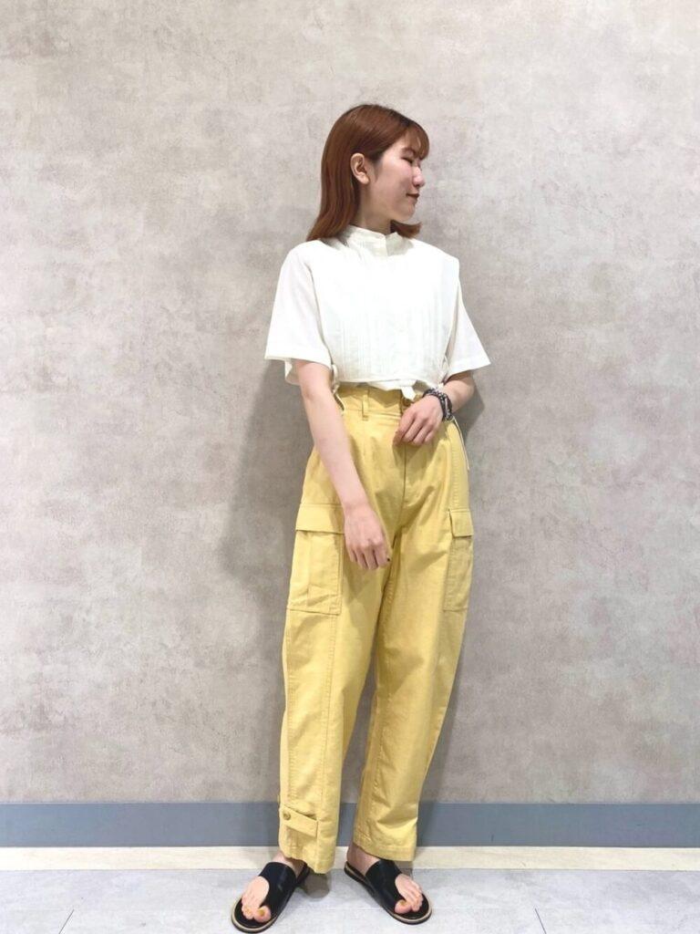 白のTシャツ×サンダル×黄色のカーゴパンツのレディースコーデ