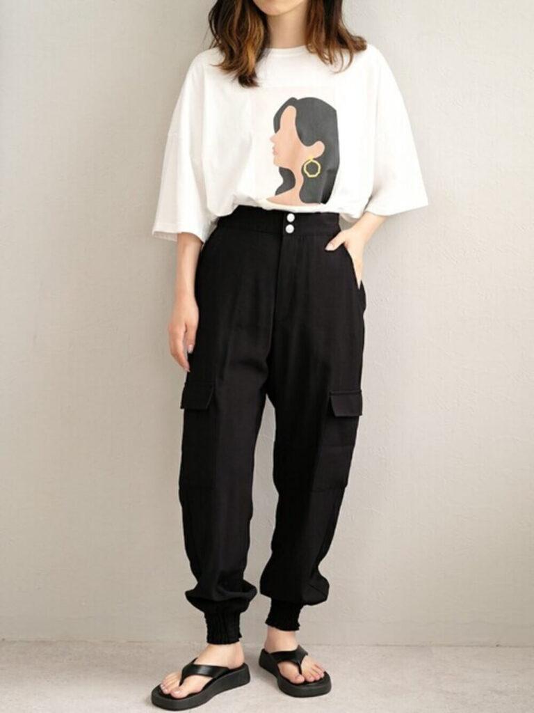 オーバーTシャツ×サンダル×黒のカーゴパンツのレディースコーデ
