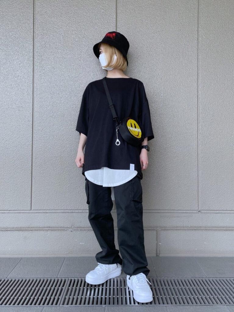 黒のオーバーTシャツ×白のタンクトップ×バケットハット×黒のカーゴパンツのレディースコーデ
