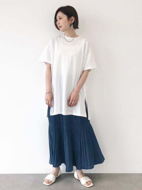 ネイビーのプリーツスカート×白のTシャツ×白のサンダル