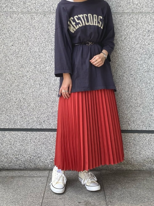 赤のプリーツスカート×黒のロゴTシャツ×白のスニーカー×黒ベルト