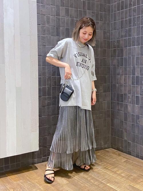 グレーのプリーツスカート×グレーのロゴTシャツ×黒のサンダル