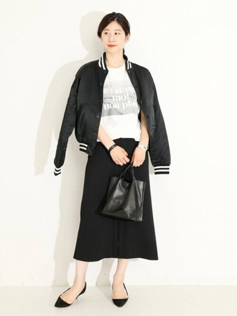 白のTシャツ×黒のフレアスカート×パンプス×黒スタジャンのレディースコーデ