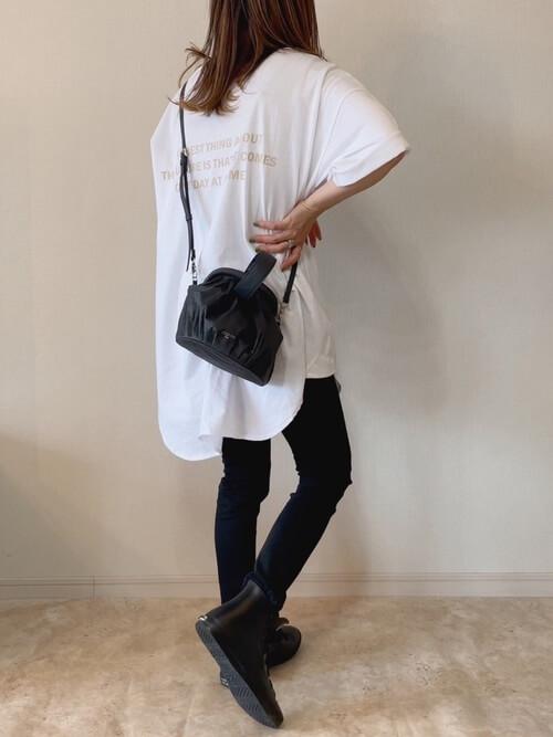 スキニーパンツ×白のTシャツ×黒のブーツ×黒のショルダーバッグ