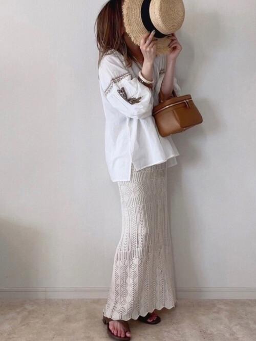 白の刺繍ブラウス×ベージュのクロシェスカート×ブラウンのサンダル