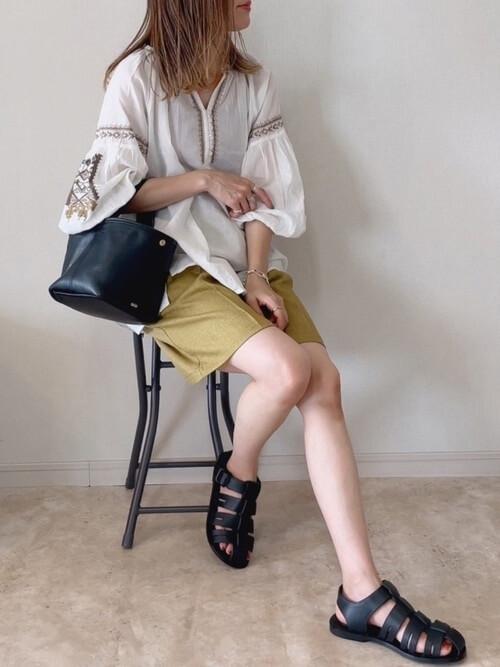 白の刺繍ブラウス×カーキのハーフパンツ×黒のグルカサンダル