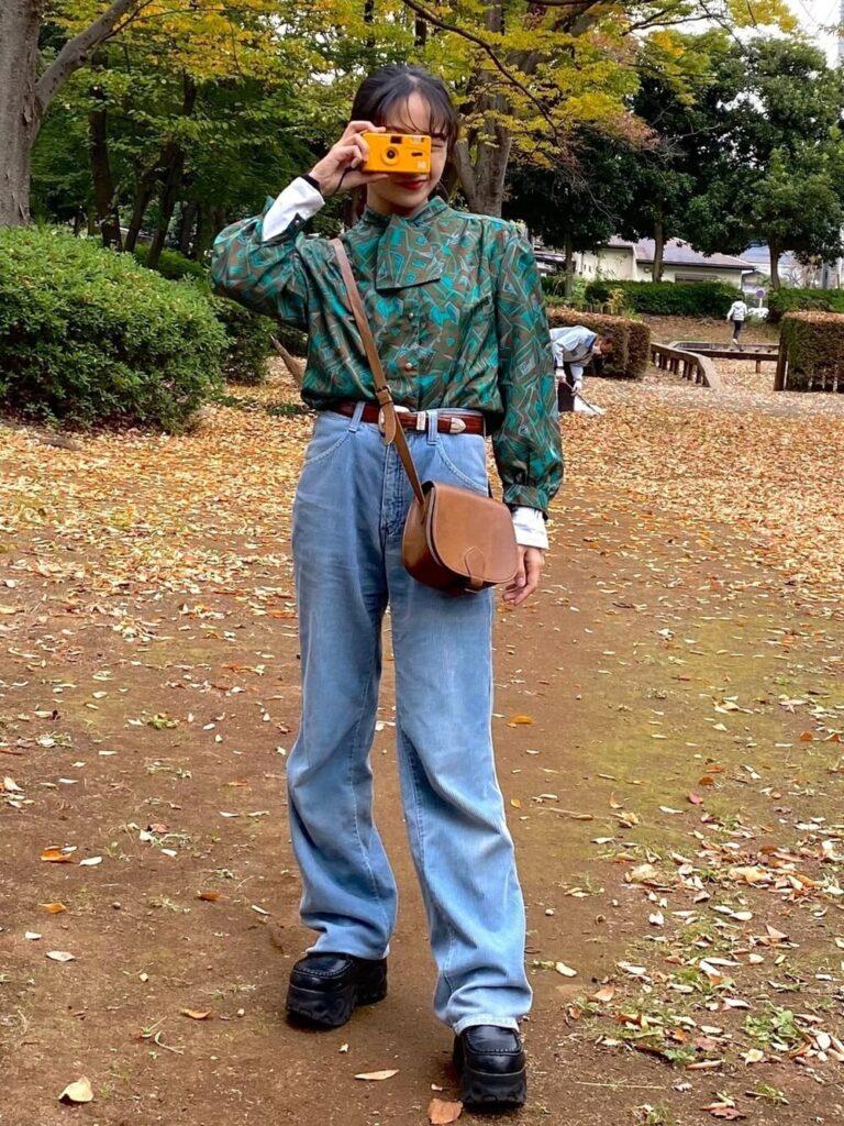 総柄バンドカラーシャツ×ワイドデニム×厚底ブーツの秋コーデ