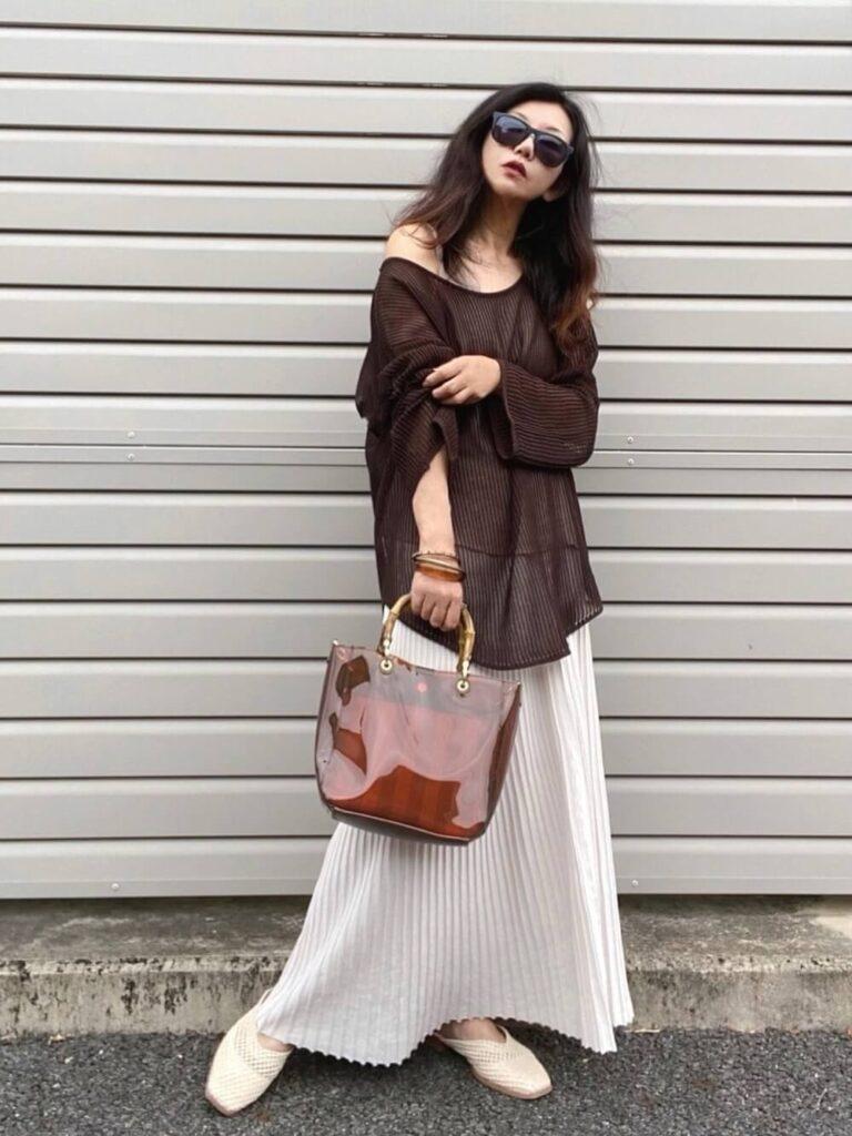 メッシュセーター×メッシュサンダル×白のプリーツスカートのコーデ