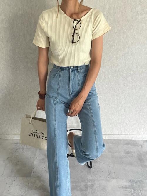 アクリルのバングル×白のリブTシャツ×デニムパンツ