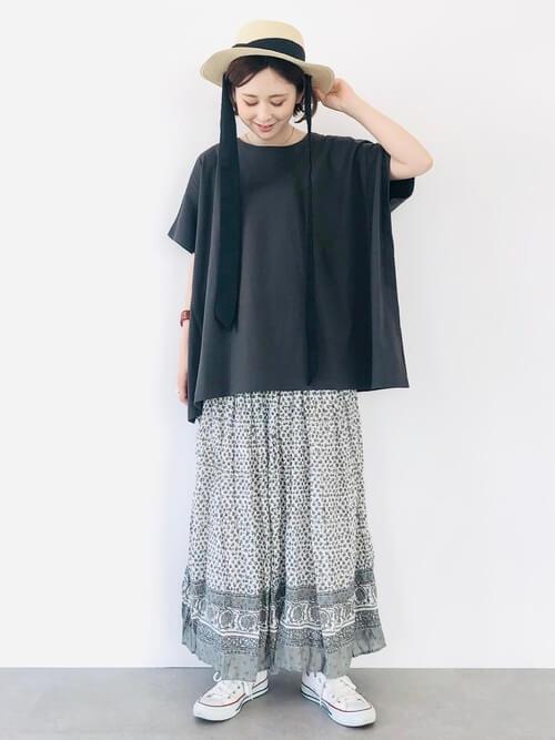 黒のTシャツ×グレーのエスニックロングスカート×白のスニーカー