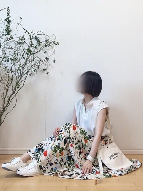 アクリルのバングル×白のシャツ×ボタニカル柄スカート